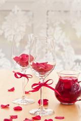 Zwei Glaeser mit Rosenblueten