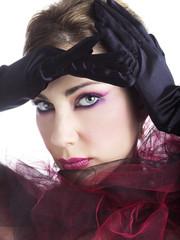 Beauty con guanti neri e tulle