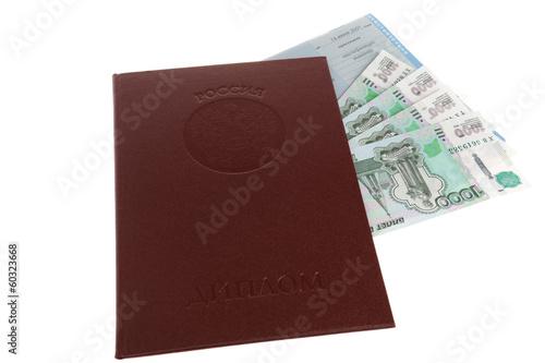 Красный диплом с вложенными приложением и деньгами на белом фоне  Красный диплом с вложенными приложением и деньгами на белом фоне