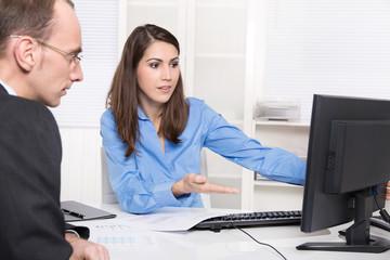 Beratungsgespräch: Arbeitskollegen besprechen etwas