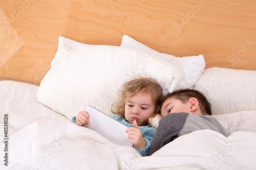 Порно брат трахнул сестру кровать 31331 фотография
