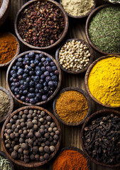 Photo sur Aluminium Assortment of spices in wooden bowl background