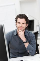lächelnder junger mann im büro