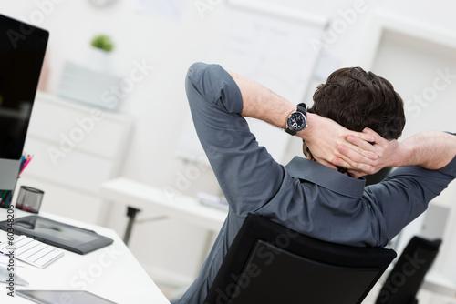 mann verschränkt arme hinter dem kopf Stockfotos und