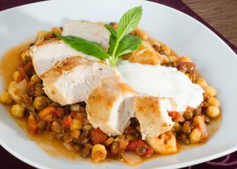 Grilled chicken with beans and tomato