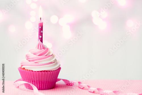 Кусок торта со свечей  № 2183975  скачать