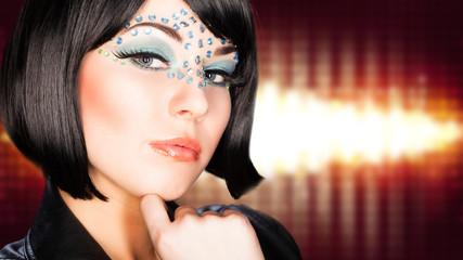 junge Frau mit aufwändigem Make-Up