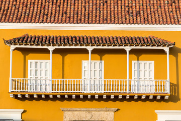 Fotomurales - Yellow and White Colonial Balcony