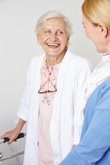 Lachende Seniorin im Seniorenheim