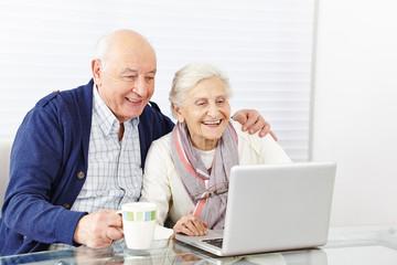 Wall Mural - Paar Senioren surft am Computer im Internet