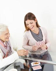 Wall Mural - Seniorin spielt mit Enkeltochter Karten