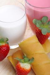 Colazione con latte,frullato di fragole e merenda