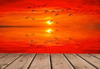 el oceano se tiiñe de rojo al amanecer