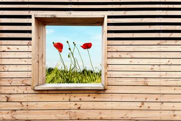 Holzwand mit Blumen