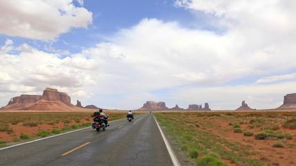 motos en route vers Monument Valley, Arizona