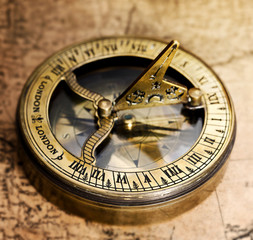 Fototapete - Old compass on vintage map.