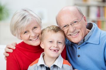 glückliche großeltern mit ihrem enkel