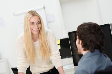 junge mitarbeiter unterhalten sich im büro