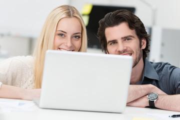 junges team mit laptop
