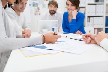 kreative junge leute in einer besprechung im büro