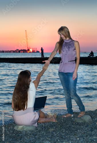 Две подружки на берегу