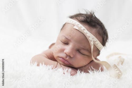 newborn baby liegt schl ft kopfumfang ma band. Black Bedroom Furniture Sets. Home Design Ideas