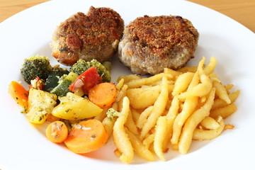 Fleischküchle / Frikadellen mit Schupfnudeln und Gemüse