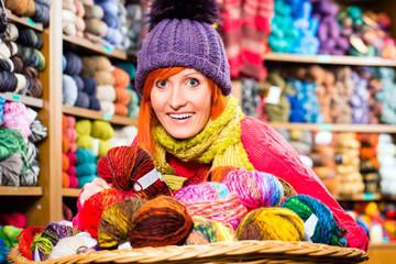 Junge Frau in Kurzwarenladen mit Wolle