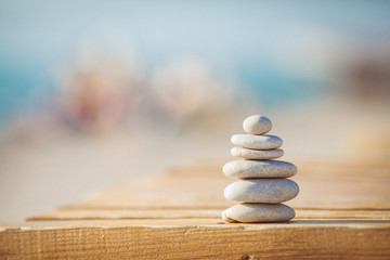 Photo sur Aluminium Zen zen stones jy wooden banch on the beach near sea. Outdoor