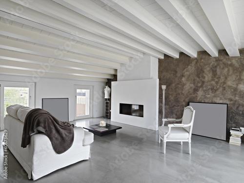 moderno soggiorno con camino in mansarda\