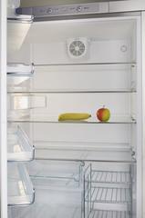 leerer Kühlschrank mit Apfel und Banane