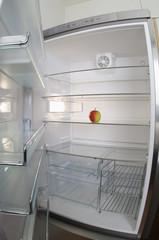 leerer Kühlschrank mit Apfel