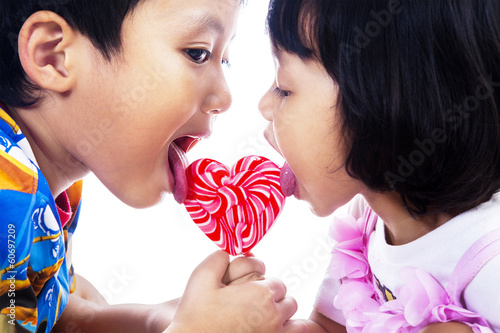 брат лижет кису своей маленькой сестры