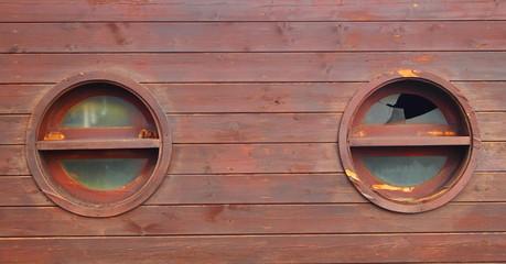 Great finestre tonde su parete di legno with finestre tonde - Finestre nurith opinioni ...