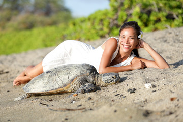 Leinwandbilder - Turtle and woman lying on beach, Big Island Hawaii