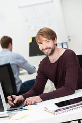 erfolgreicher junger mitarbeiter im büro