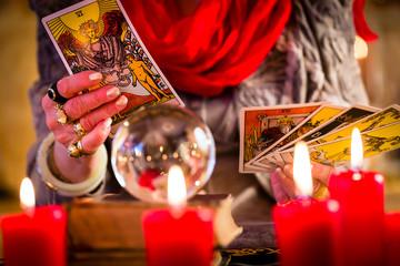 Hellseherin während Seance mit Tarotkarten