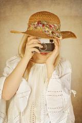 jeune fille avec appareil photo vintage
