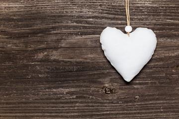 Weisses Herz auf Holzwand