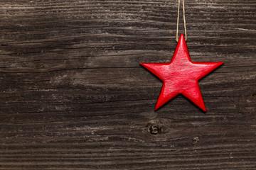 Roter Stern auf Holzwand