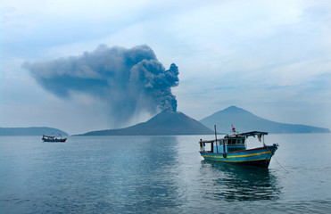 Photo sur Aluminium Indonésie Boat near Anak Krakatau. Volcano eruption. Indonesia