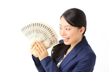 お金を持って喜ぶ女性