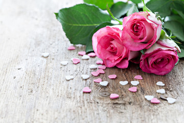 Rosen auf Holz mit Textfreiraum