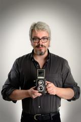 Fotografo con fotocamera biottica isolato su sfondo bianco