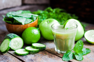 Green smoothie with apples,parsley,spinach,cucumber,lime and min