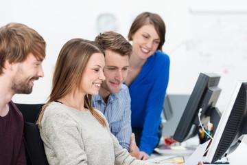 junge leute im büro arbeiten zusammen