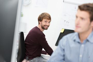 smarter geschäftsmann im büro