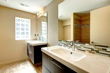 Soft tones bathroom with decorative wall