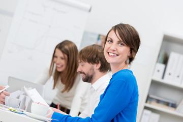 lächelnde frau in einem seminar