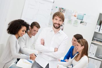 junger unternehmer mit seinem team
